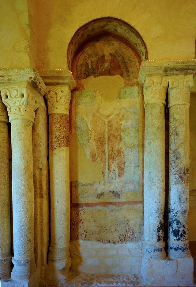 église prieurale Saint Romain Le Puy ~ Säulen, Fresken