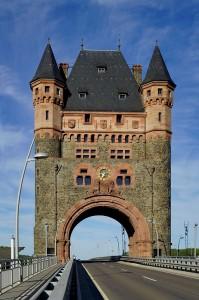 das Nibelungentor, der Eingang nach Worms direkt am Rhein