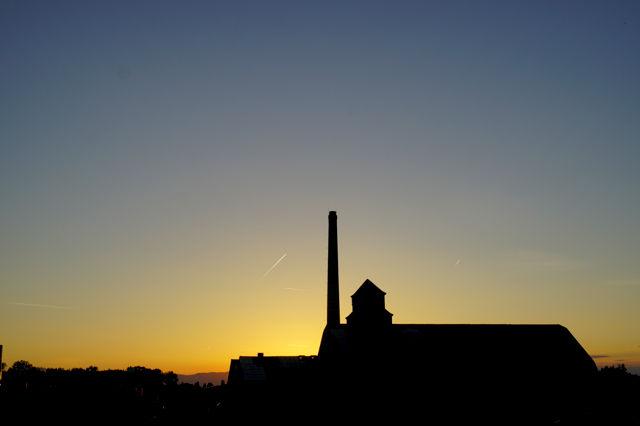 die Sonne hinter der Zeppelinhalle