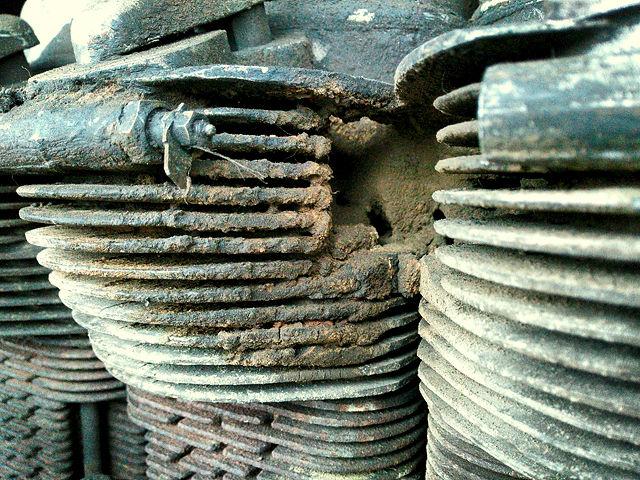Dreck von Jahrzehnten ~ Diesel und spanischer Staub verbinden sich zu dichtem Zement