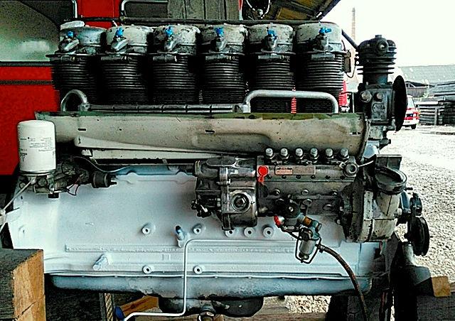frisch gewartete Einspritzpumpe am neu lackierten Motor