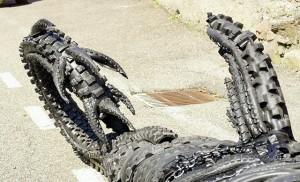 der Schwanz des Drachens ~ die Haut aus Motorrad- und Fahrradreifen