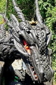 der Kopf des Drachens ~ die Haut aus Motorrad- und Fahrradreifen