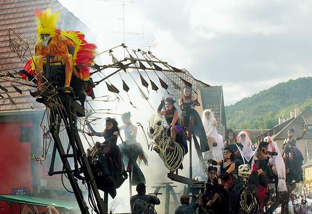 der Vogel Phönix verfolgt von der Horde der Hexen