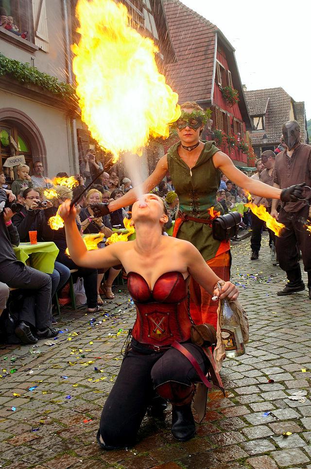 Pfifferdaj ~ Fête des Ménétriers ~ Fest der Spielleute und Gaukler ~ Frau spuckt Feuer