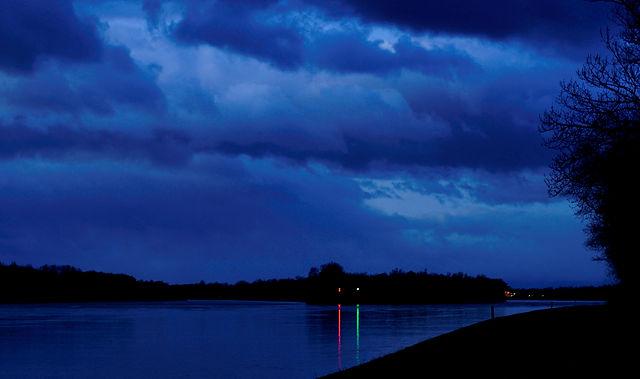 blaue Stunde am Rhein, km 243, Blick stromaufwärts ~ und nicht rotgrünblind :)