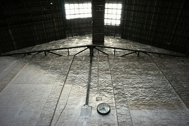 Zeppelinhalle ~ Stirnwand mit Normalzeituhr
