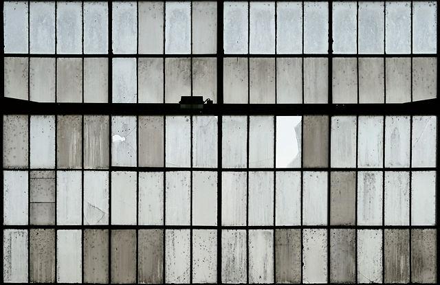 Zeppelinhalle ~ Fensterwand an der Nordseite