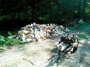 Häufchen Holz, im Vordergrund der Spalter
