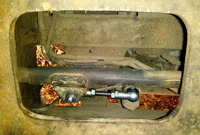 von oben durch den Fußboden ~ ersetzter Teil des Schaltgestänges