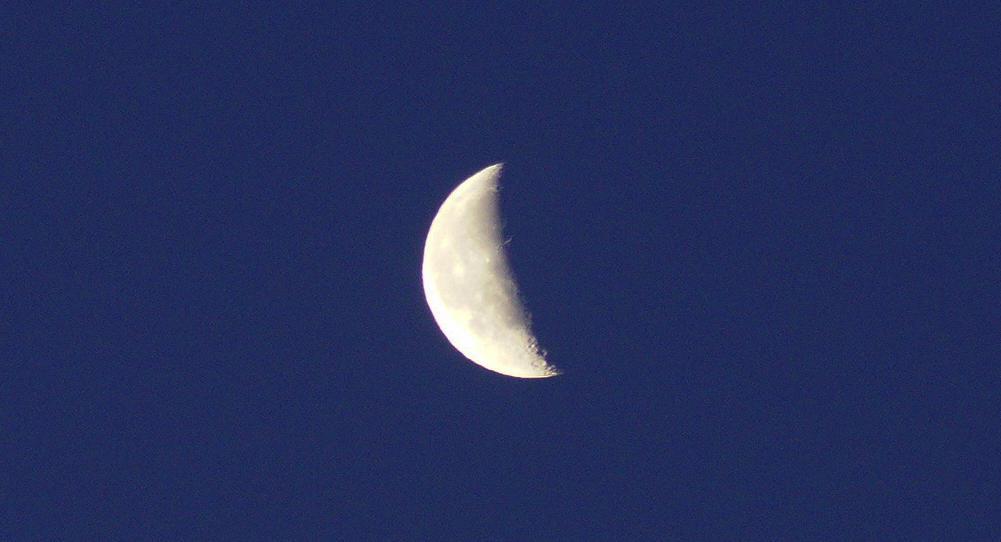 der erste Blick am Morgen ~ ein knapp halber Mond recht voraus