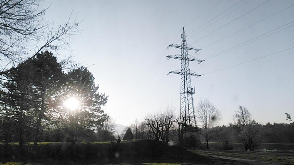 der Morgen ~ faul mit dem Handy durch die schmuddlige Windschutzscheibe . . .