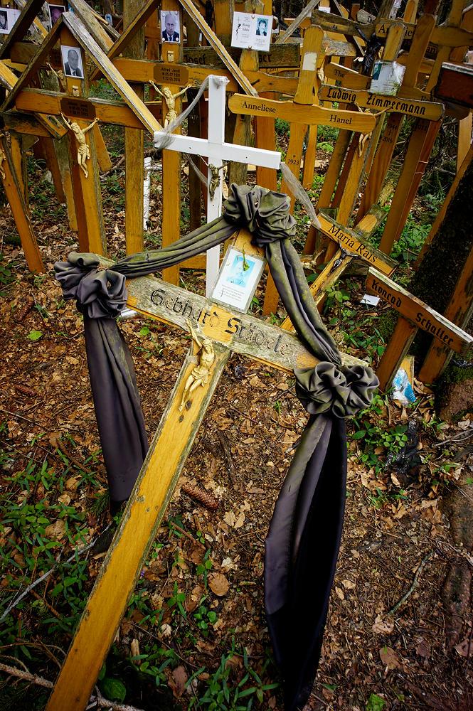 Kreuz mit Trauerflor