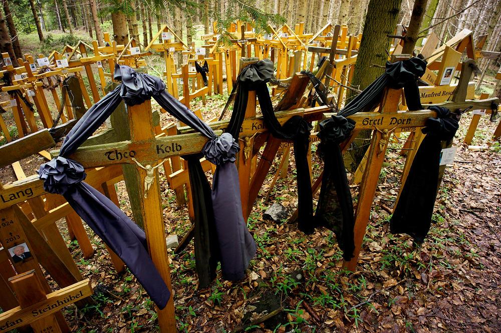 wieder draußen ~ Kreuze mit Trauerflor