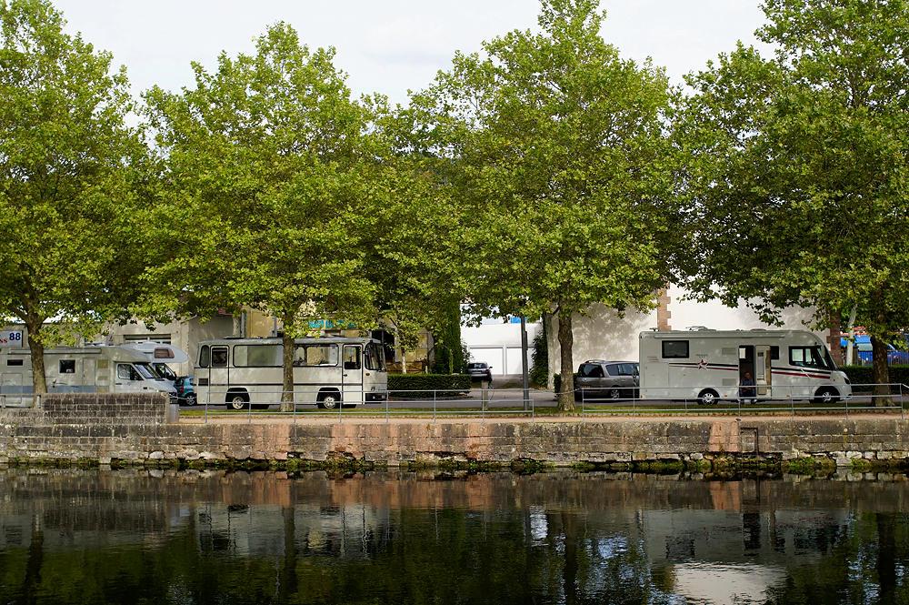 der alte Herr Magirus (kurzzeitig) im Hafen (und WoMoparkplatz) von Epinal