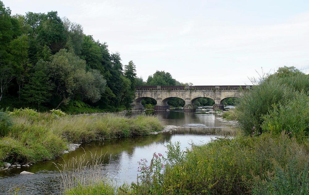 die Brücke des Kanals über die Moselle