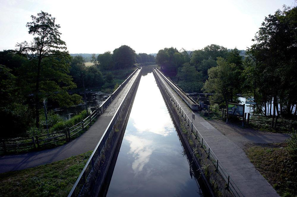 der Stichkanal kreuzt die Moselle auf einer Brücke