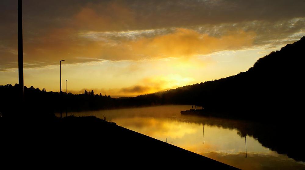 kurz vor dem Sonnenaufgang über der Mosel