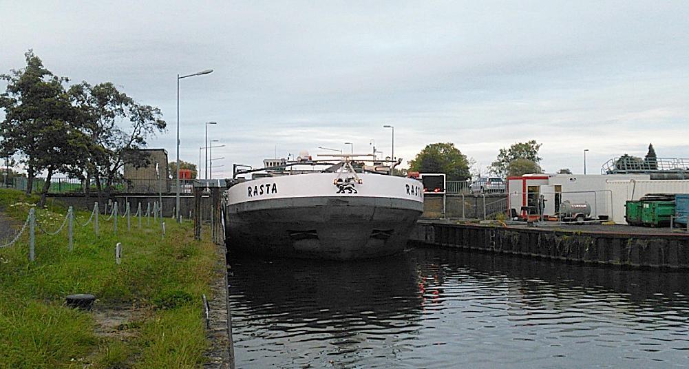 Rasta ~ ein Flußschiff im Nadelöhr
