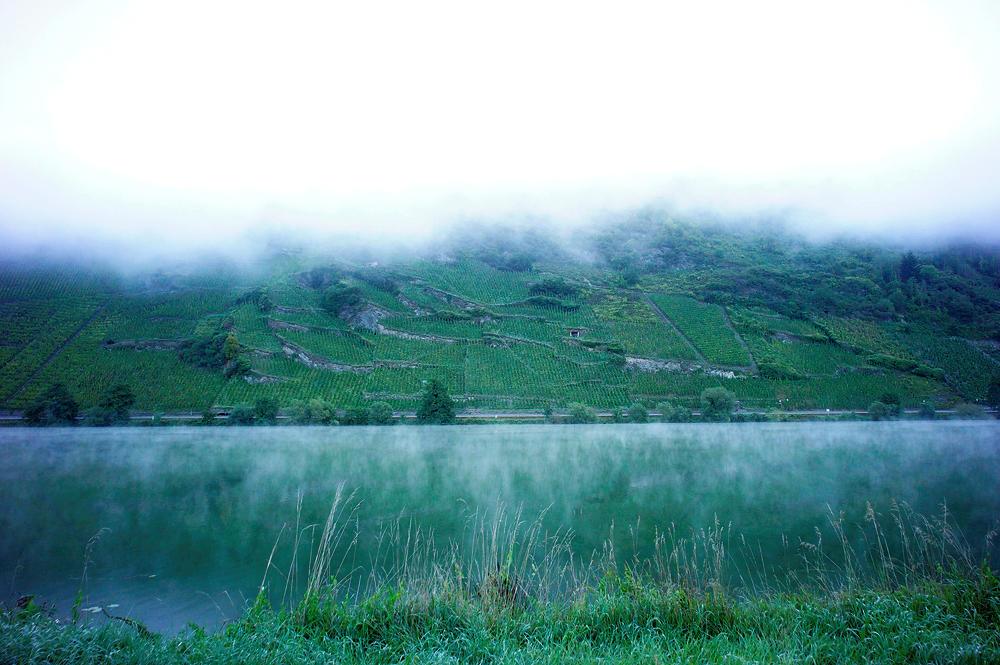in der blauen Morgenstunde ~ Dunstflöckchen über dem Wasser und Wolkenschlauch oben, der der Mosel folgt . . .