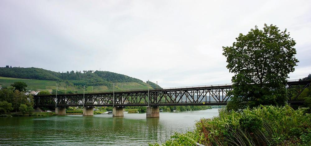 die alte Brücke über die Mosel zwischen Bullay und Alf ~ oben Eisenbahn, darunter die Straße