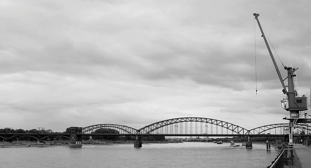 auf dem Rückweg mit dem Fahrrad am Rhein ~ Südbrücke und Verladekran ~ B&W