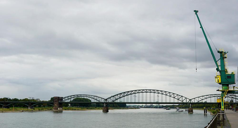 auf dem Rückweg mit dem Fahrrad am Rhein ~ Südbrücke und Verladekran ~ Farben gepimpt