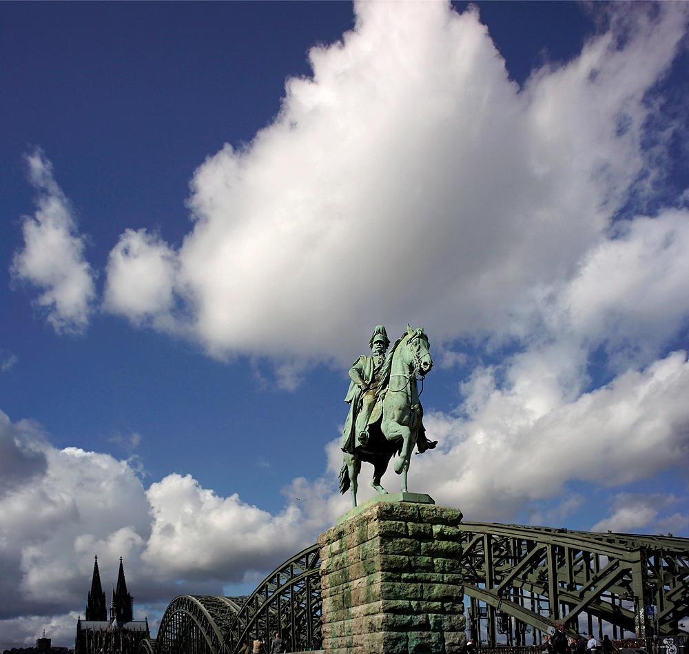 Hohenzollernbrücke mit Kaiser Willhelm I ~ im Hintergrund der Dom