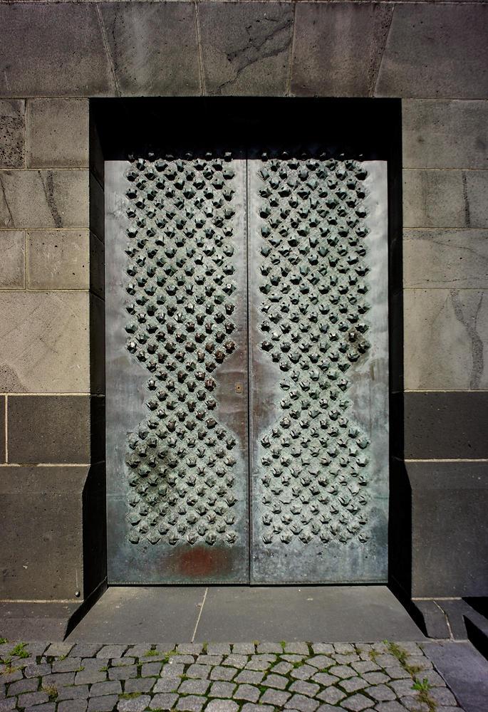 Dom zu Köln ~ Detail, kunstvoll mit Nieten beschlagene Türe