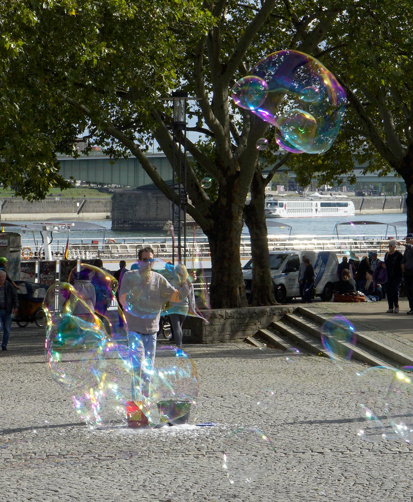 Seifenblasen am Rheinufer