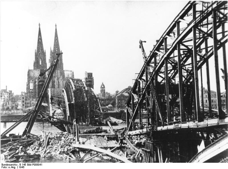 Hohenzollernbrücke nach Sprengung durch die Wehrmacht 1945 ~ Bundesarchiv