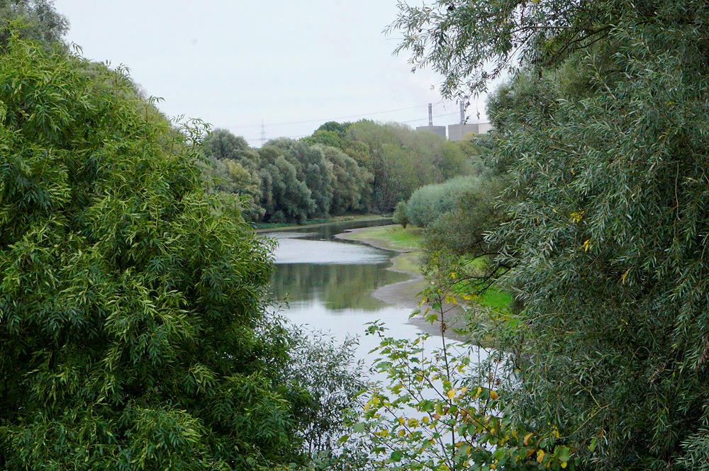 Kontrast ~ Naturschutzgebiet, im Hintergrund dezent die Schlote . . .