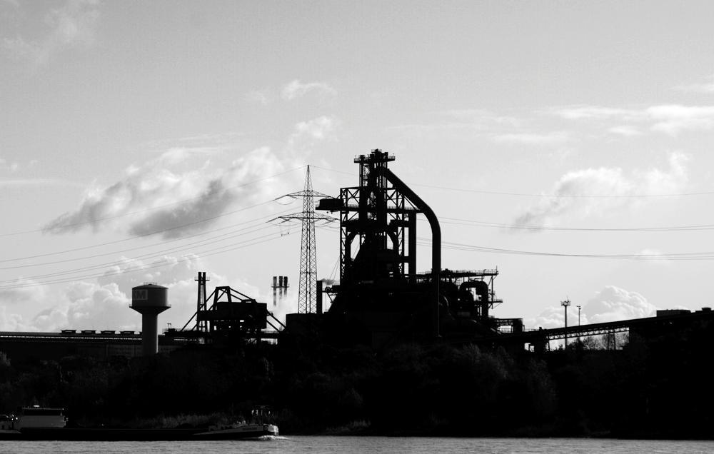 Skulptur ~ Chemieindustrie am Rhein bei Duisburg