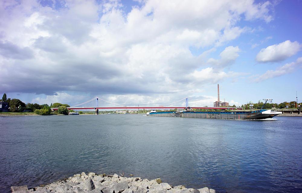 die andere Seite ~ das Schiff biegt rheinaufwärts fahrend in die Ruhr