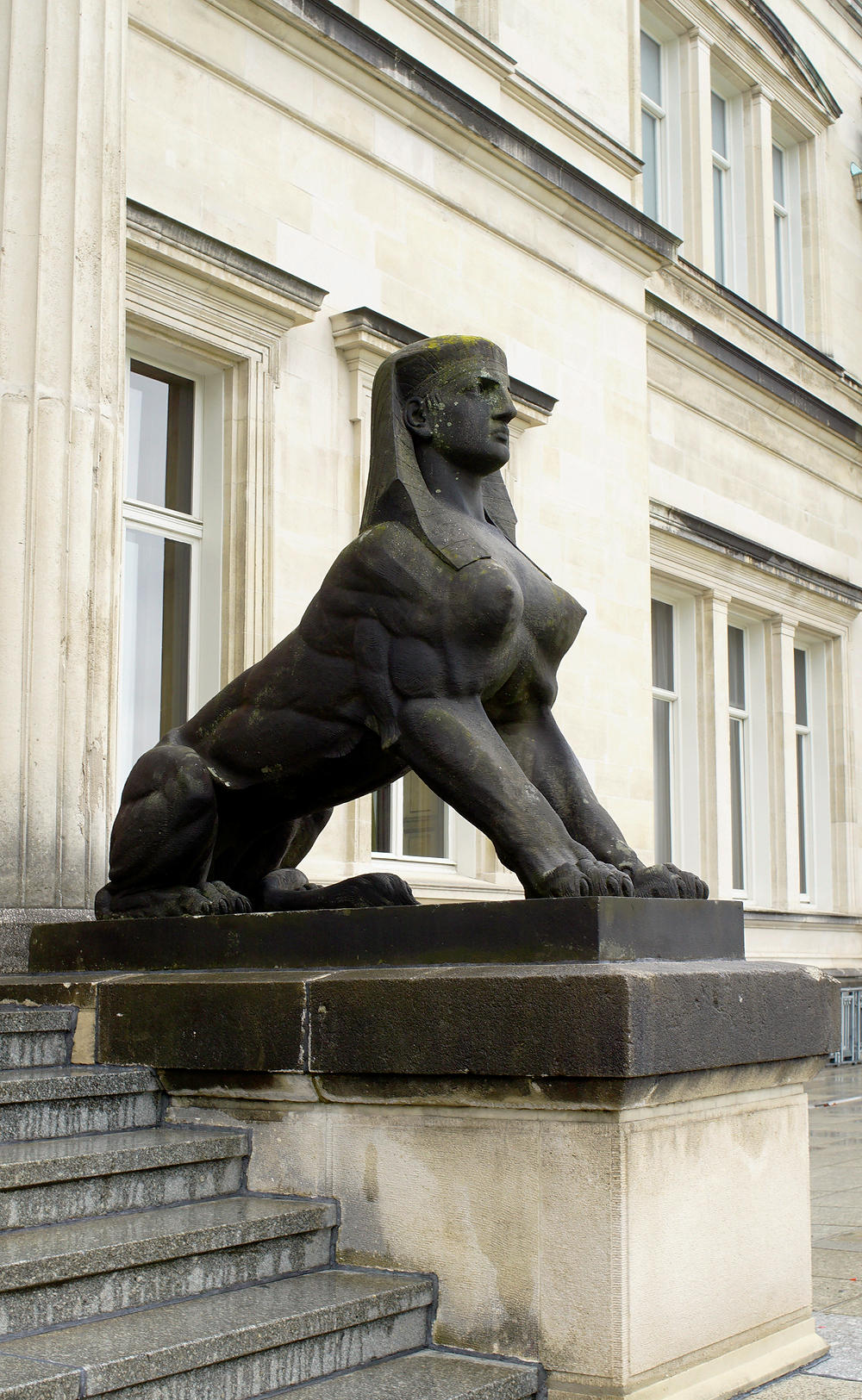 mit stolz gereckter Brust ~ Sphinx am Gartenportal