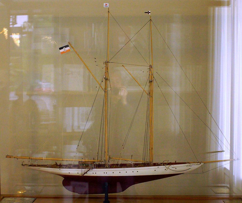 Villa Hügel ~ Modell der Yacht Germania in Vitrine