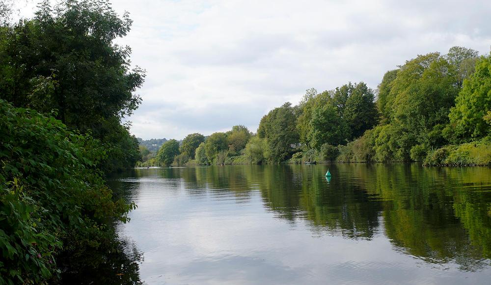 Ruhr umsäumt mit Grün