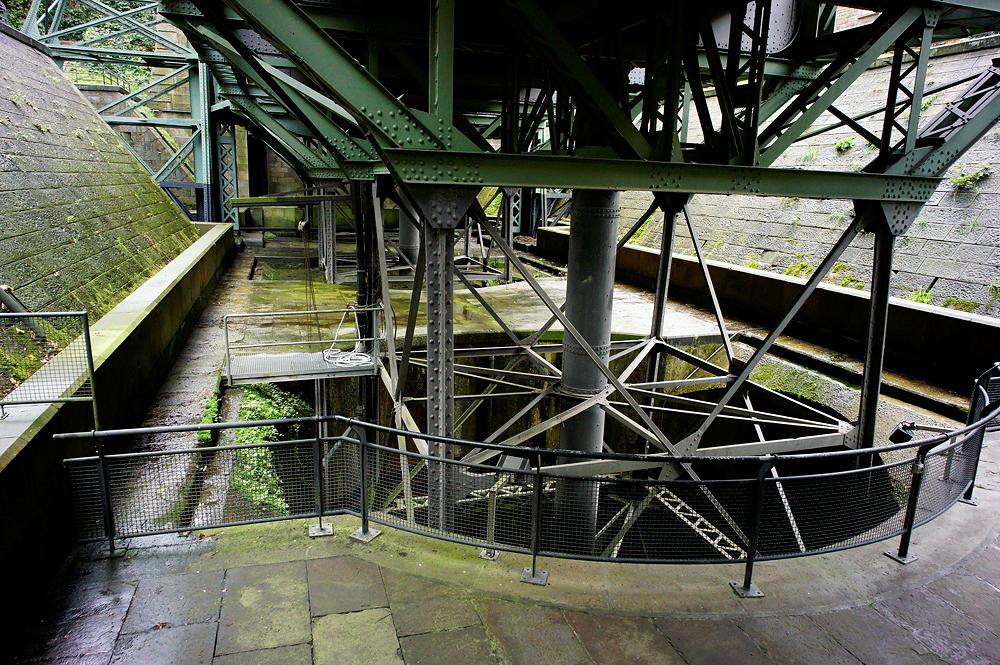historisches Schiffshebewerk Henrichenburg ~ unter dem Hebetrog