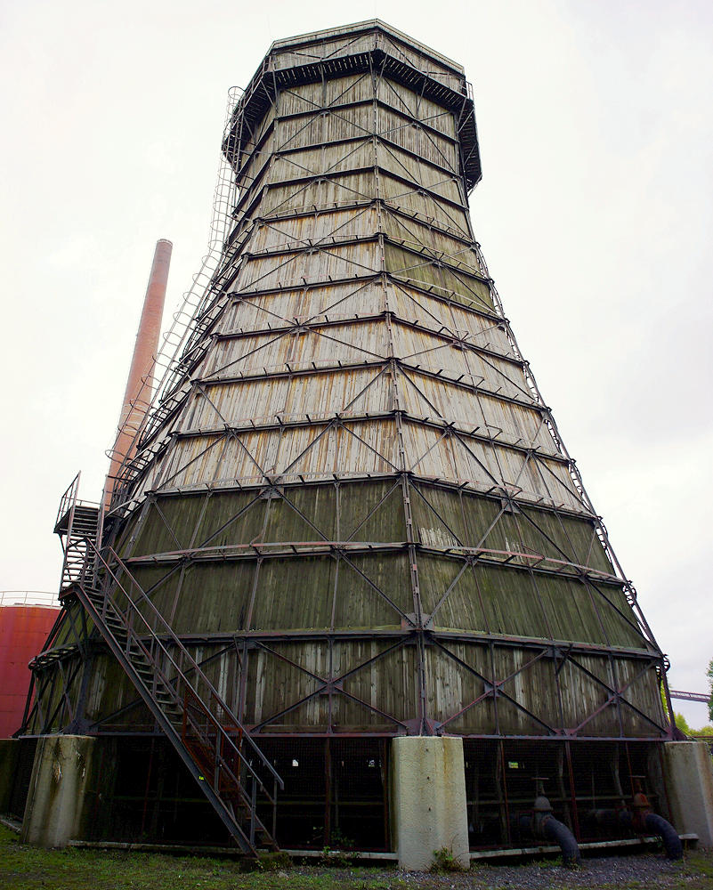 Kühlturm, noch mit Holzverkleidung und Innereien