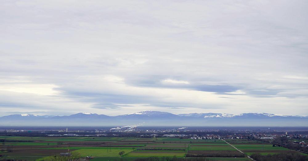 am Morgen ein blaues Grau ~ Blick auf die Vogesen, am Rhein die Chemiezone der Rhone-Poulenc
