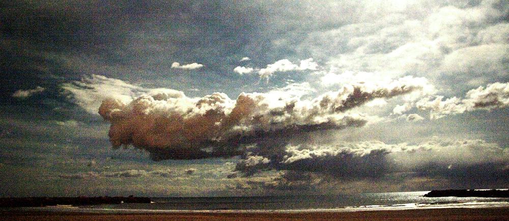 Nacht, Wolken, Mondlicht über dem Meer