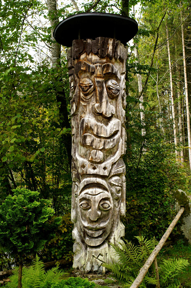 Maskenstele in Holz