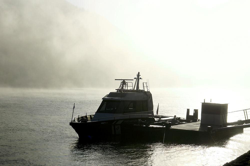 der Glanz über dem Boot der Schiffahrtsaufsicht