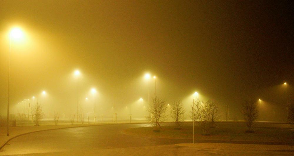 Nebel verbindet sich mit Beleuchtung und Sahara