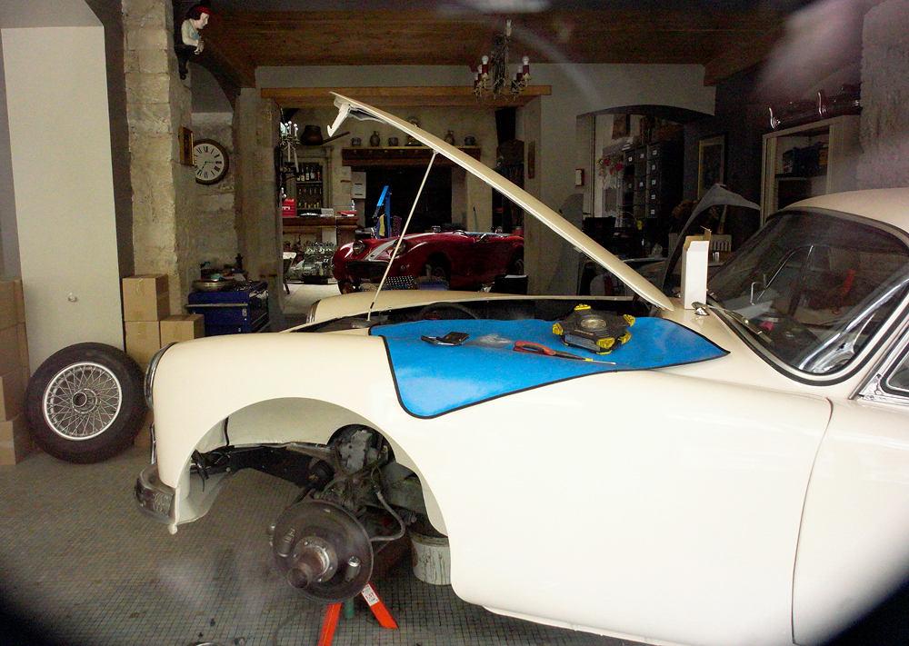 MG-A-Roadster im aufgegebenen Laden