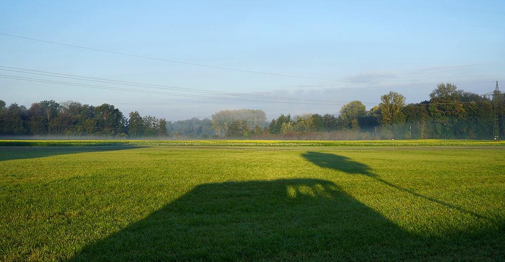 der alte Herr Magirus wirft seinen Schatten in der Morgensonne